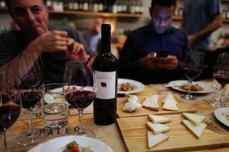 Vin fra Nord-Hellas og oster fra Hellas.