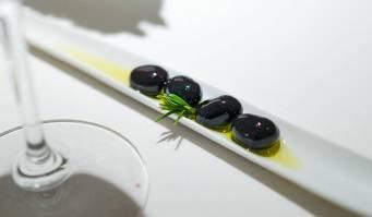 Sorte oliven som ikke er oliven, men ansjos, ost og paprika. Denne tapasen er inspirert av Calle Laurel i Logrono, selve tapasbyen i La Rioja.