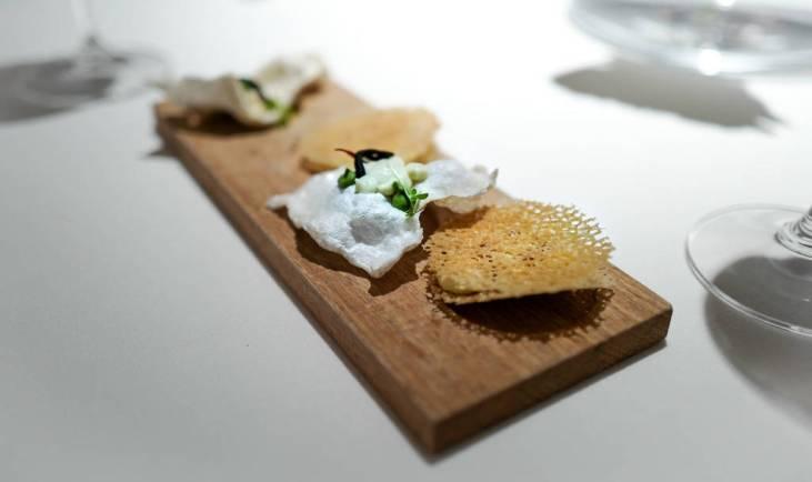 Omelett med potetkrem – en versjon av den klassiske tortillaen man finner i hele Spania. Fiskeskinn med torsk, fennikel og sjøgress. Egentlig er det ikke skinnet, men fiskeblæren som er sprøstekt. Alt på dyret, dere. Alt på dyret.