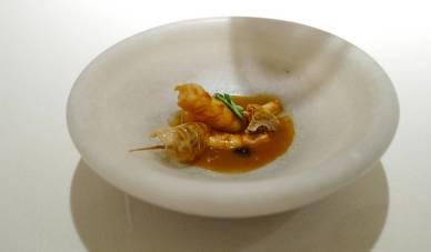Reke fra Palamós marinert i hvitvin og servert i kyllingkraft.