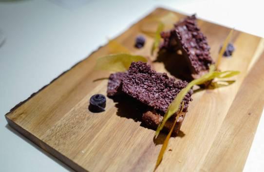 Sprøstekte sener av gris dekket av bean-to-bar-sjokolade. Sprø og veldig god dessert, selv om det høres rart ut.