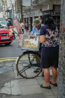 Disse gateselgerne selger ulovlig mat, men folk bryr seg ikke om det, og kjøper allikevel.