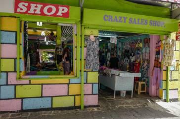 Inn i klesbutikken og inn i en gang mellom ny klesbutikk. Her finner du Mimosa.