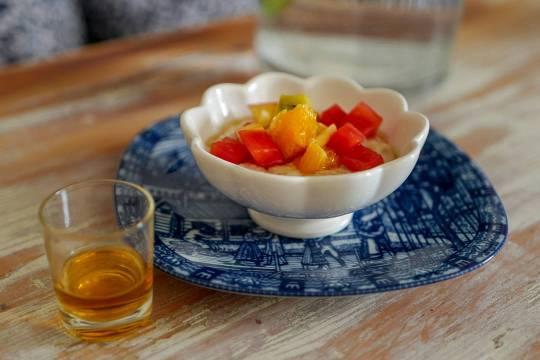 Pers versjon av skotsk grøt med frisk frukt og whisky