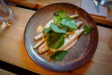 hvite asparges med klippfisk og tørket kapers