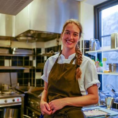 Kjøkkensjef Julie på Happy Fish.