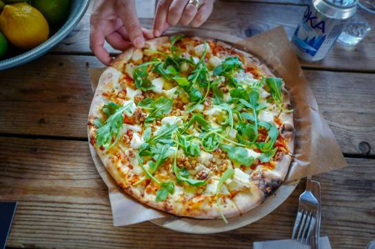 Brittas berømte pizza med chevre, valnøtter og honning.