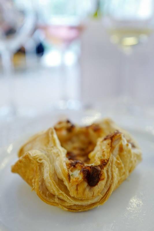 Nydelig butterdeigsterte med kamskjell og hvitvinssaus