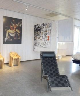 Sjekk bildet på veggen og stolen. Designeren fikk idéen til stolens form fra dette bildet.