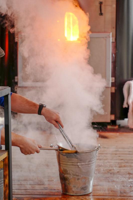 Grønnsakene kokes i vann varmet opp av smeltet glass.