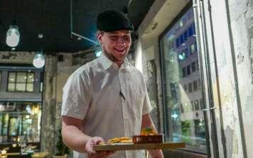 Andreas kommer med deilig mat.