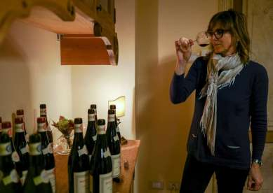 Datteren Sofia kvalitetssjekker alle vinene.