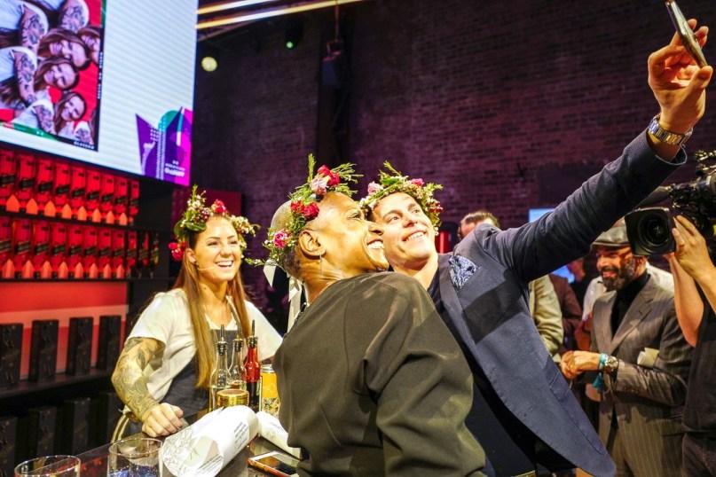 Dommerene tar selfie med Malin. Foto: Helle Øder Valebrokk.