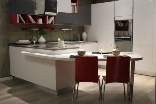 Une cuisine moderne en blanc neutre 4000°K