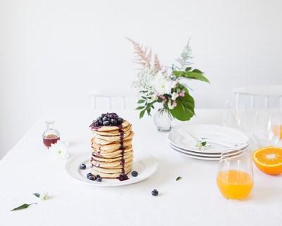 Pancakes // Hëllø Blogzine blog deco & lifestyle www.hello-hello.fr #pancakes #blueberry #myrtilles