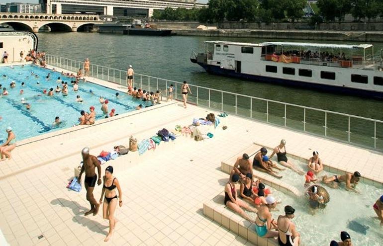 Joséphine Baker : La plusparisienne Posée sur la Seine, elle donne l'illusion de se baigner dans le fleuve. Très agréable, mais souvent bondée, mieux vaut y venir le matin ou tard le soir, d'ailleurs elle ouvre jusqu'à 23 h tout l'été ! et ses tarifs sont super abordables. Quai François Mauriac, 75013 Paris