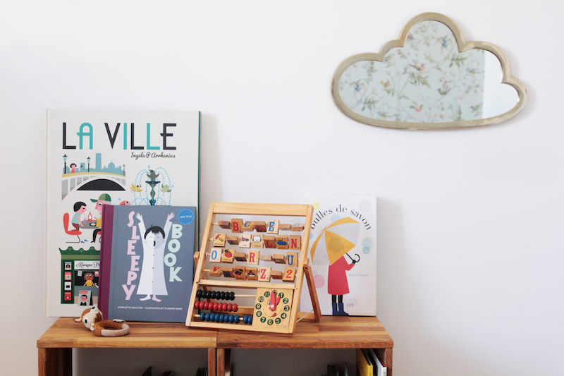 La chambre de Léonie. Déco chambre fille, romantique et vintage // Hëllø Blogzine blog deco & lifestyle www.hello-hello.fr #vintage #retro #cloud #mirror