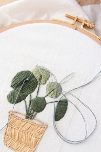Broderie Plant Pilea Hellø pour DMC // Hëllø Blogzine blog deco & lifestyle www.hello-hello.fr #broderie #embroidery #pilea #home #urbanjungle