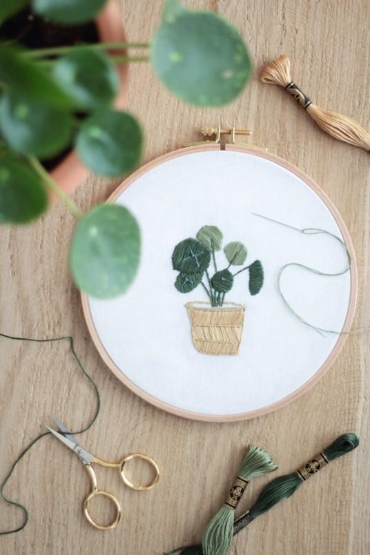 Broderie Plante Pilea Hellø pour DMC // Hëllø Blogzine blog deco & lifestyle www.hello-hello.fr #broderie #embroidery #pilea #home #urbanjungle