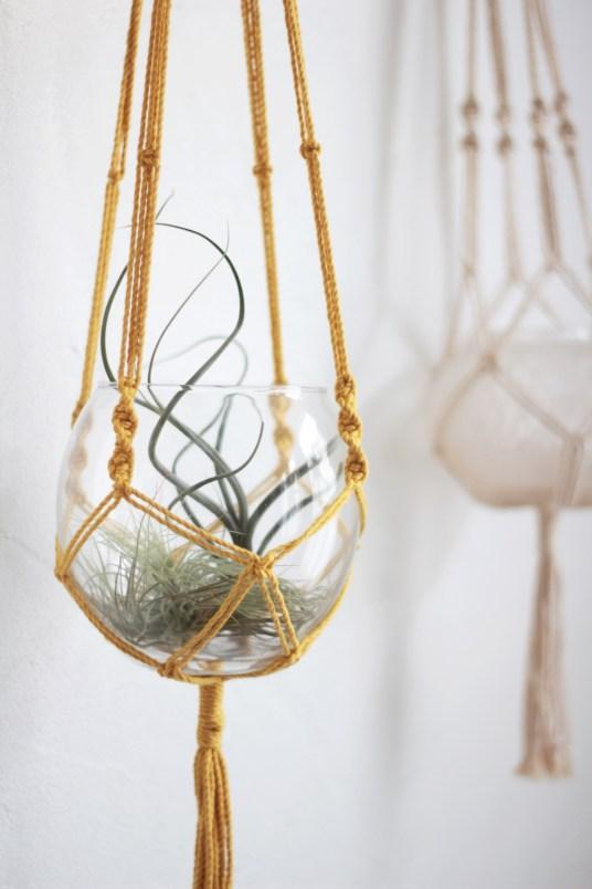 Vase suspendu en macramé jaune moutarde // Hëllø Blogzine blog deco & lifestyle www.hello-hello.fr #macrame #vase