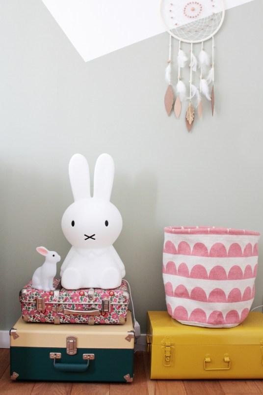 La lampe lapin Miffy. L'appartement chic, moderne et parisien de la blogueuse française Inside Closet // Hëllø Blogzine blog deco & lifestyle www.hello-hello.fr