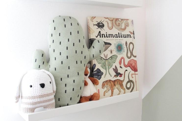 Coussin cactus. Jolis livres pour enfants. Animalium, Castermann. L'appartement chic, moderne et parisien de la blogueuse française Inside Closet // Hëllø Blogzine blog deco & lifestyle www.hello-hello.fr