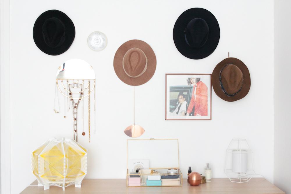 Mur de chapeaux dans la chambre, porte-bijoux miroir et lampe jaune Julie Lansom. L'appartement chic, moderne et parisien de la blogueuse française Inside Closet // Hëllø Blogzine blog deco & lifestyle www.hello-hello.fr