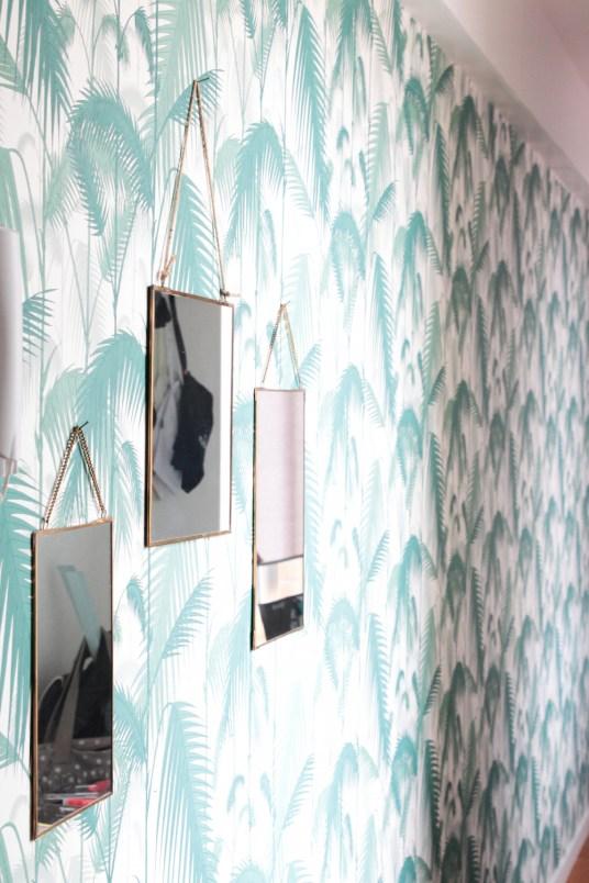 Papier peint palm, feuilles de palmier, Cole and son. Miroirs suspendus. L'appartement chic, moderne et parisien de la blogueuse française Inside Closet // Hëllø Blogzine blog deco & lifestyle www.hello-hello.fr