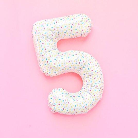 Ballon anniversaire confetti, 5 ans // Hëllø Blogzine blog deco & lifestyle www.hello-hello.fr