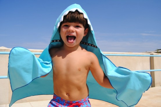 Hooded-bath-towel-with-mittens-blue-shark