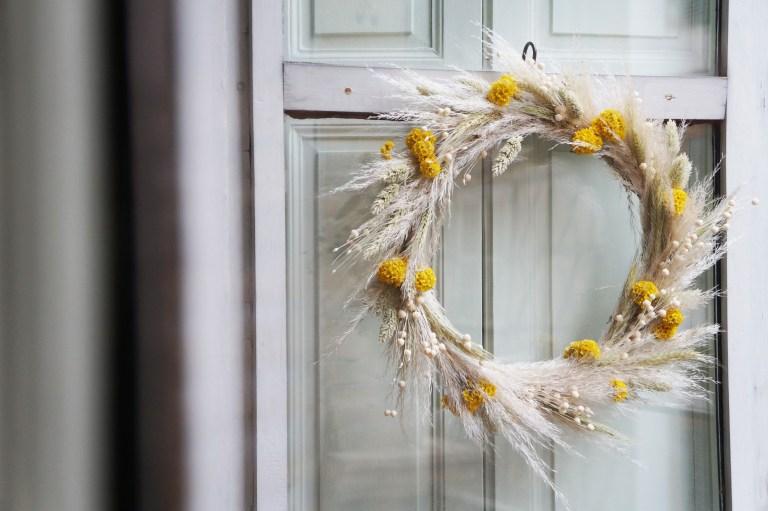 DIY - Une couronne de Noël en fleurs séchées // Hellø Blogzine - Blog déco lifestyle - www.hello-hello.fr