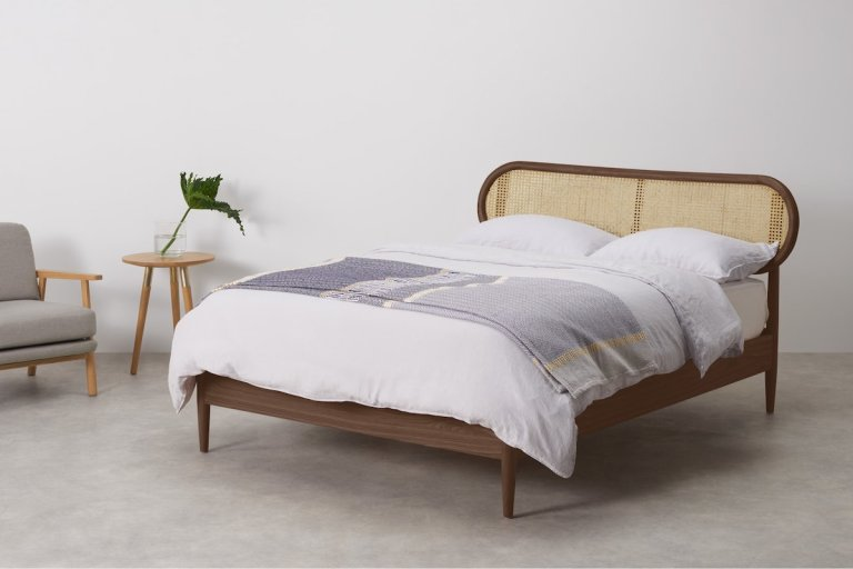 Lit avec tête de lit cannage et noyer // Hello Blogzine blog déco lifestyle - www.hello-hello.fr