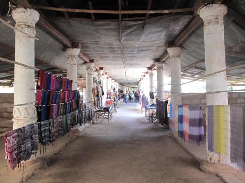 350 Säulen leiten Besucher zum Pagodenwald.
