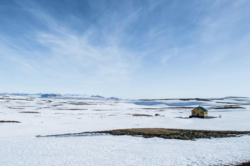 maison jaune en Roadtrippers en islande