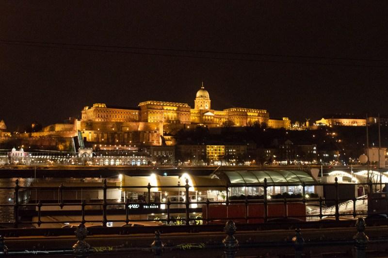 Palais royal de Budapest illuminé