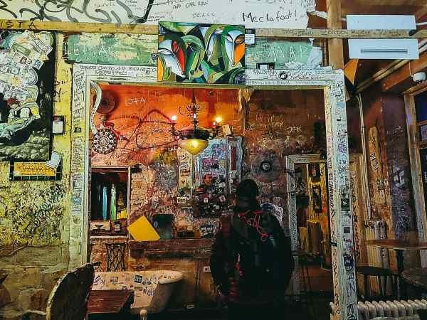décoration intérieure du bar en ruine Szimpla Kert
