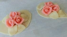 Roses et feuilles en pâte d'amande