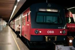 Wenn der Aixam versagt, weil er wieder einmal eine Panne hat, fährt Helmi mit der Schnellbahn in sein geliebtes Wien. Und mit dem letzten Zug, wie hier im Bild, wieder nach Tulln. Schließlich macht sich die Arbeit im Zoll am nächsten Tag nicht von alleine. (Foto: Marcus J. Oswald am 2. Mai 2009, 0 Uhr 22)
