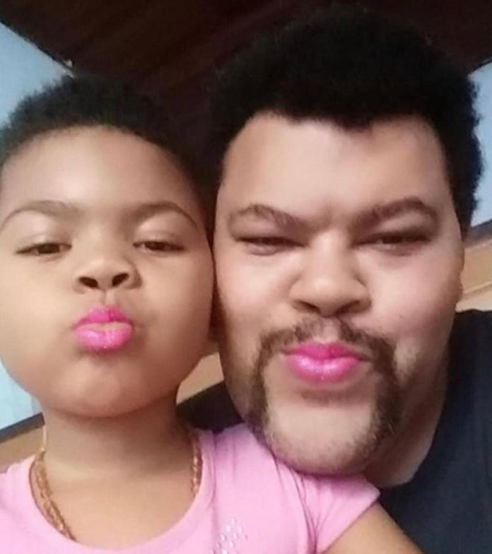 """""""Peguei essa foto antiga brincando com os filtros do insta que a Pinah adora pra lembrar o Dia do Beijo"""", postou Babu, em 13 de abril, ao lado da caçula (Foto: Reprodução Instagram)"""