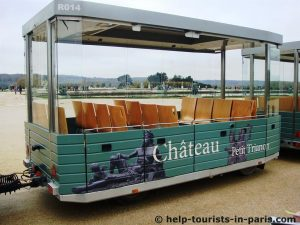 Touristenzug im Schloss von Versailles
