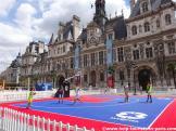 Basketball spielen vor dem Rathaus in Paris