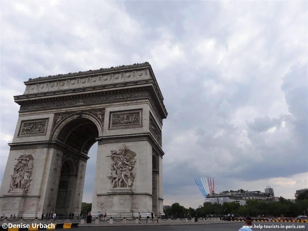 Zur Tour de France in paris Nationalfahnen am Himmel
