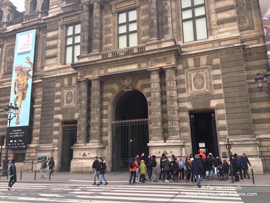 Eingang Louvre an Metro Palais Royal