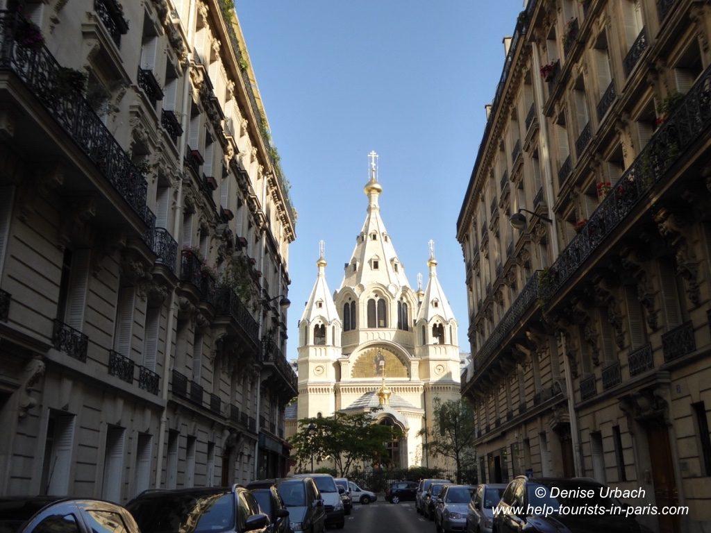 Alexandre Nevsky Kirche zwischen Häusern in Paris
