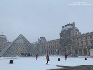 Louvre Museum im Schnee