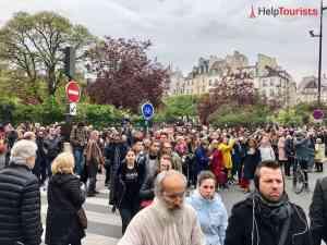 Menschenmenge vor Notre Dame