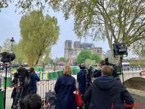 TV Teams vor Notre Dame am Tag nach Brand