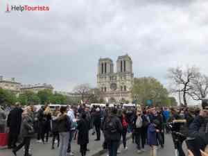 Viele Menschen vor Notre Dame