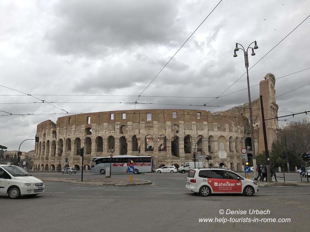 Taxi in Rom vor Kolosseum