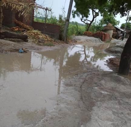 सड़क हुवा पानी -पानी राहगीर हुये परेशान